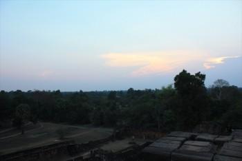 ■プレリーフ遺跡よりクメールの大地に沈む夕日を見る。