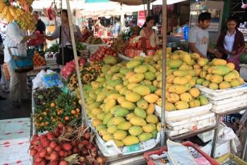 ■シェムリアップの八百屋でフルーツを買う。マンゴーが美味しかった。