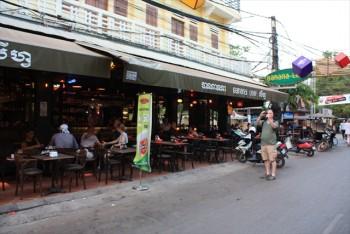 ■シェムリアップ オールドマーケット付近 パブストリート 夕食はカンボジア鍋料理
